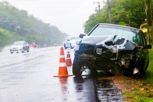 Accidente de tráfico en una calzada resbaladiza por lluvia