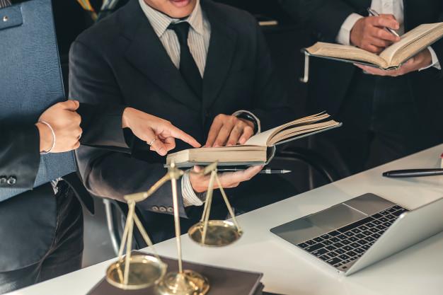 Equipo de abogados reunidos