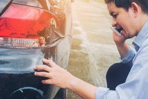 Accidente de coche con rotura de las luces de atrás