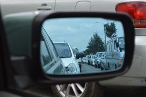 Visión en un espejo retrovisor de un atasco en una vía pública