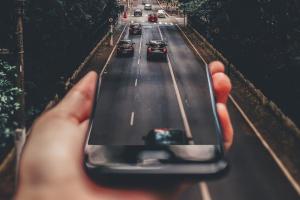 Imagen que contiene, coches, carretera, naturaleza, fondo, negro,mano,móvil