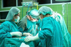 Intervención quirúrgica en un quirófano